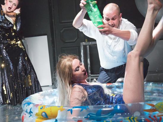 Истина в вине: в Архангельске поставили скандальный спектакль «Пьяные»
